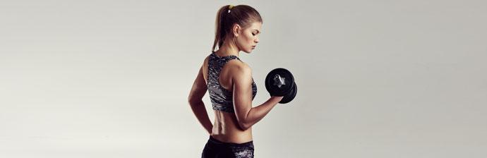 fitness-mulher-com-halteres