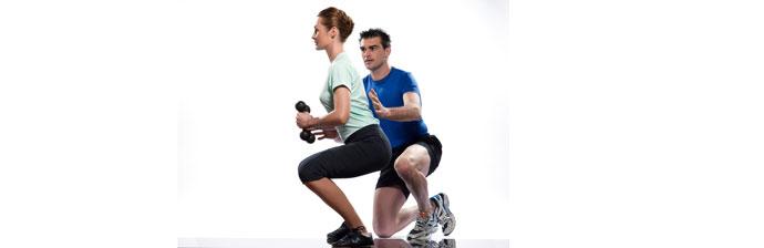 Instrutor Ensinando Exercício com Postura Correta