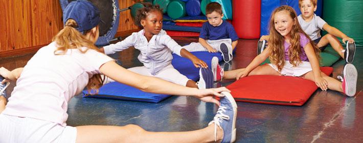 Profissional de Educação Física Dando Aula para Crianças
