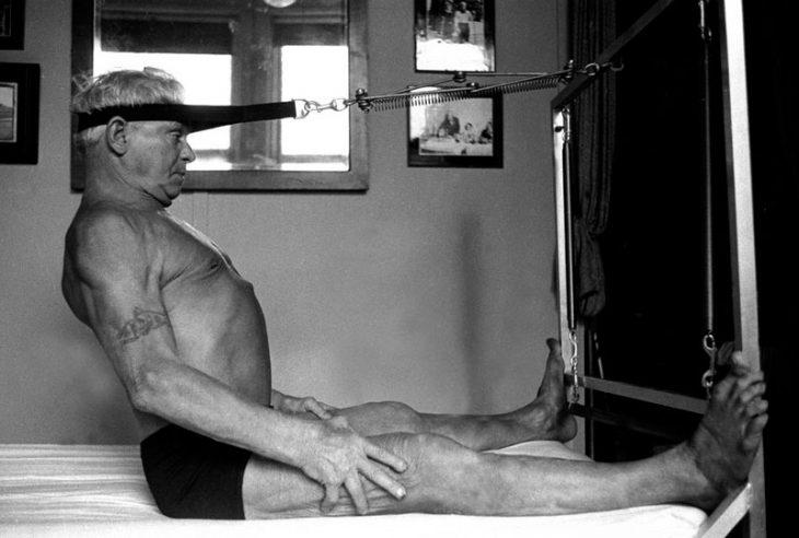 Joseph praticando Contrologia (Nome Original para o Método Pilates)