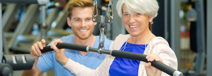 Professor auxiliando aluna com Parkinson