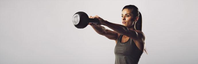 exercício com kettlebell