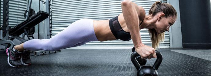 Mulher fazendo flexão