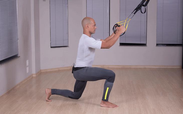 Exercícios na fita de suspensão para membros superiores e inferiores