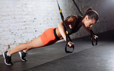 Exercícios para membros superiores e core na fita de suspensão