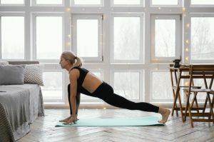 exercicio-mulher-em-casa