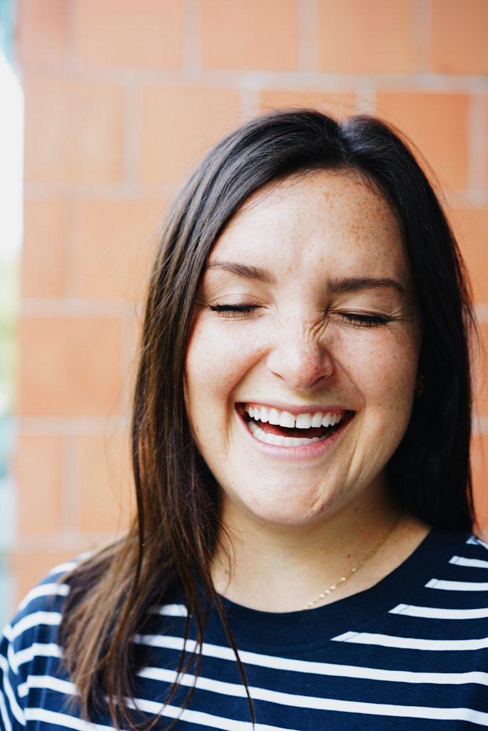 mulher-sorrindo-mesmo-com-hernia-de-disco-