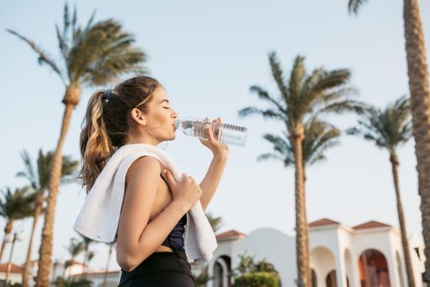beber-água-bom-para-dor-lombar